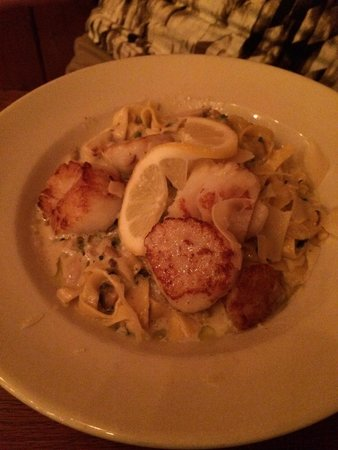 Boathouse Bistro Tapas Lounge & Restaurant: This was amazing. Scallops with fettuccine. The sauce on the pasta was creamy, garlicky and had