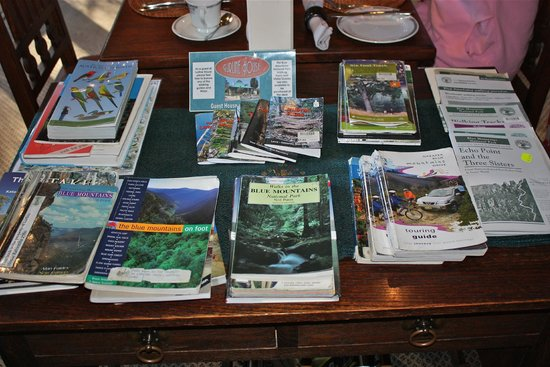 Lurline House: Maps and guide books in the lounge area.