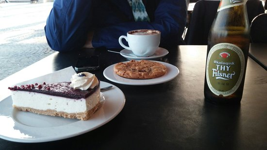 Royal Library (Kongelige Bibliotek): Deliciosa tarta de queso y coockies en su cafetería. Buen café y buena cerveza.