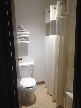 Yellowstone River Motel: Clean bathroom