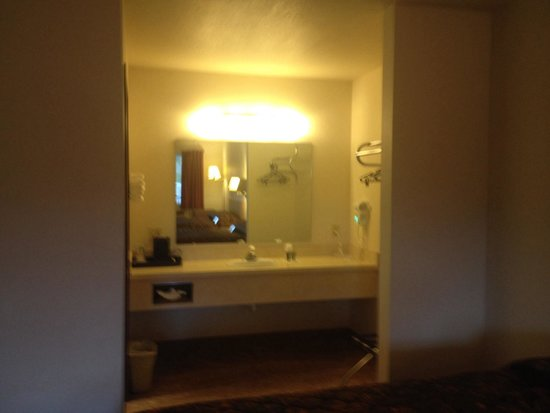 Yellowstone River Motel: Vanity area