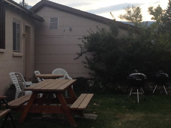 Yellowstone River Motel: Patio/ grill area out back
