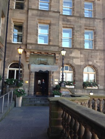 The Scotsman Hotel: Entrance is around the corner