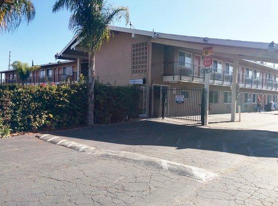 Bay Breeze Inn Oakland: Entrance Gate