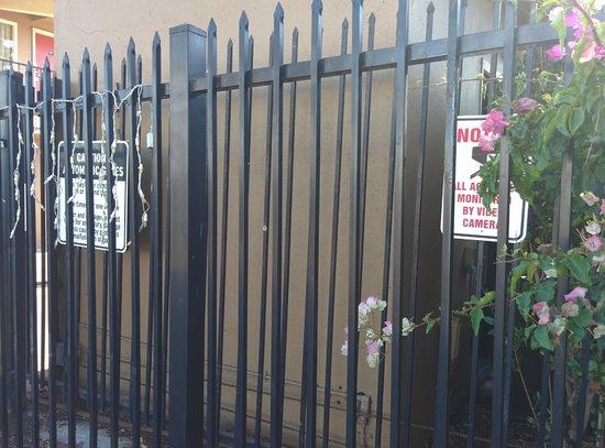 Bay Breeze Inn Oakland: Entrance Warning Signs