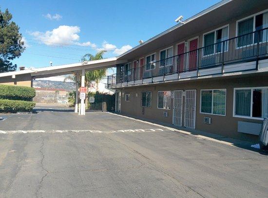 Bay Breeze Inn Oakland: Security Cameras and Burglar Bars on First Floor Doors