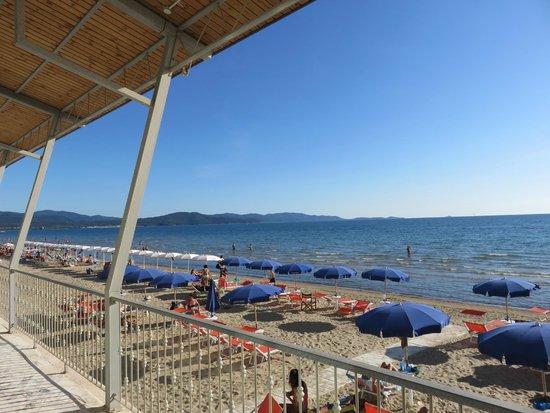 Vista su spiaggia e golfo dalla terrazza - Foto di Parrini ...