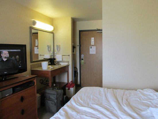 Quality Inn: TV and sink from window side