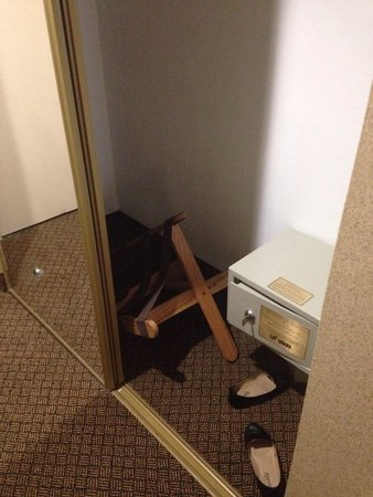 Holiday Inn LaGuardia Airport: Luggage rack broken. Almost hit my bare feet