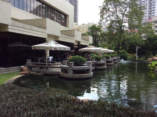 The Garden Hotel Guangzhou: Outside area where you can have breakfast in garden