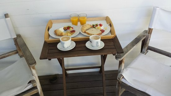 Byron Cove Beach House: Breakfast with fresh fruit, jams and squeezed orange juice