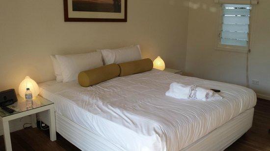 Byron Cove Beach House: Beautifully simplistic decor and bedding