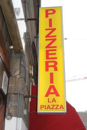 Pizzeria La Piazza: Cartel a la entrada
