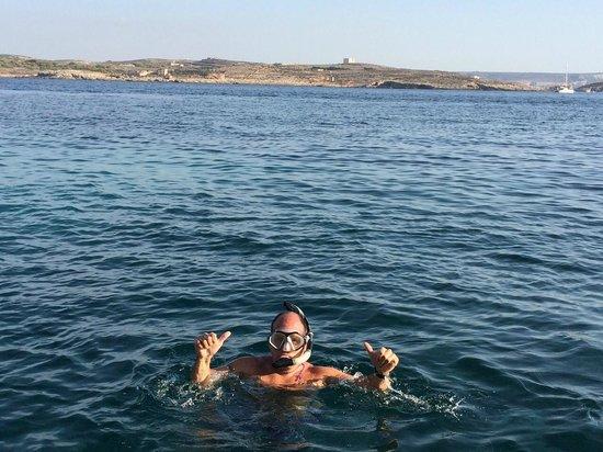 Hondoq Bay: Grieta en frente Islas de Comino y Cominoto
