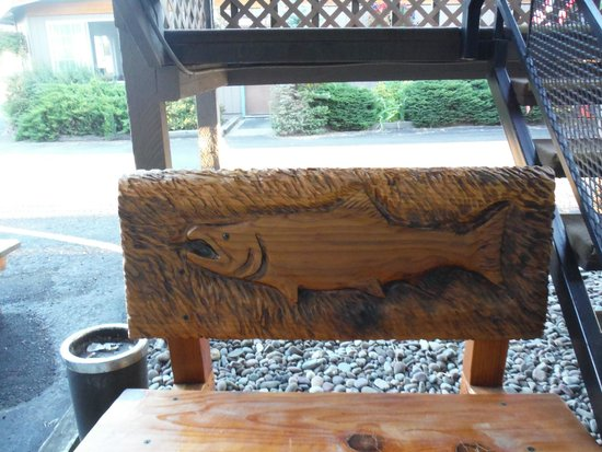 Chalet Motel: Really cool carved bench by my room