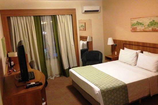 Comfort Hotel Uberlandia: Bedroom with air conditioning view