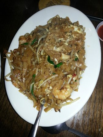 Nyonya: Chow Kueh Teow (Fried flat rice noodles with shrimp, squid, bean sprouts)