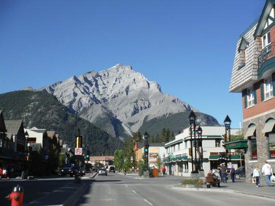 Red Carpet Inn: entering the town of Banff