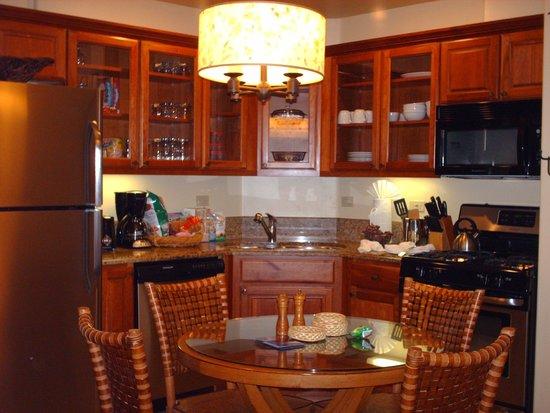 Valdoro Mountain Lodge: dining and kitchen