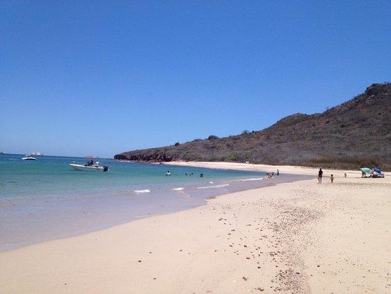 Deer Island (Isla de Venados): Vista de la playa, tranquila y sin olas
