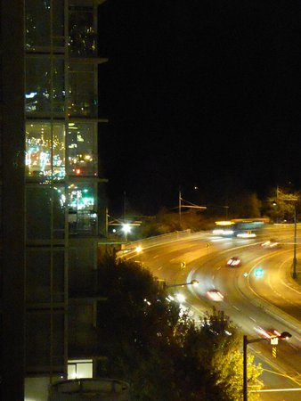 Lord Stanley Suites On The Park: Traffic at about 10pm