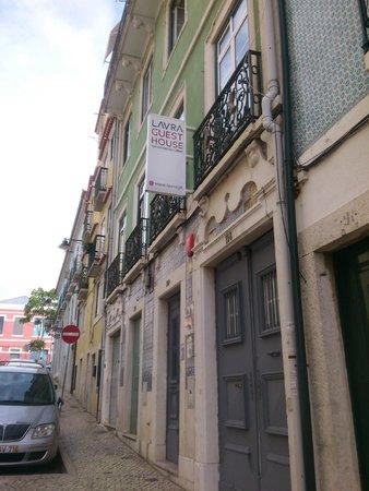 Lavra GuestHouse : Vista de la puerta y cartel