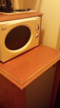 Americas Best Value Inn & Suites: The microwave and fridge are next to the bathroom in a little closet area
