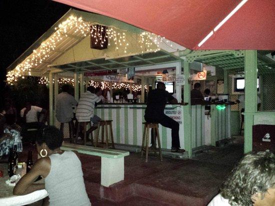 Surfside Restaurant & Beach Bar: zona Bar