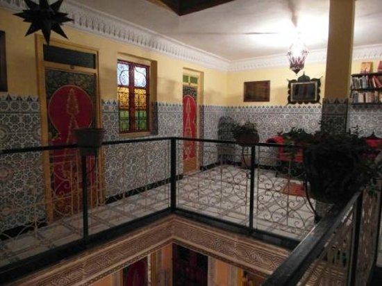 Hotel Sindi Sud: Hol wewnętrzny wieczorem