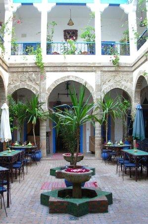 Riad Al Madina : Le patio  ( espace de petit-déjeuner / déjeuner ou dîner possibles)