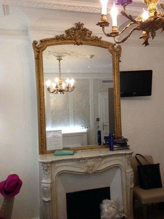 Hotel Bonaparte: Inside the triple room, beautiful antique mirror