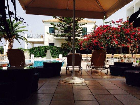 Kyparissia Beach Hotel : Бассейн почти всегда пустой, складывается впечатление что он частный.