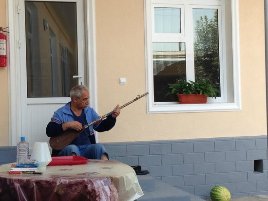 Mirzo Guesthouse: The owner playing dutar