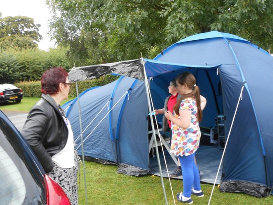 Camac Valley Tourist Caravan and Camping Park: grate fun putting tent up