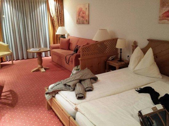 Hotel Dufour Alpin Zermatt: Quarto e sala