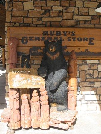 Ruby's Inn Cowboy's Buffet and Steak Room : медведь - один из символов этих мест