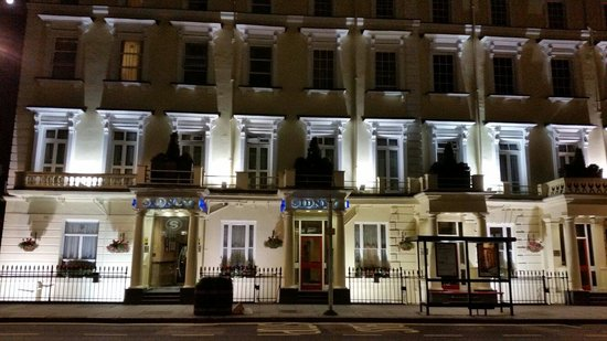 Sidney Hotel London-Victoria: Hotel by night