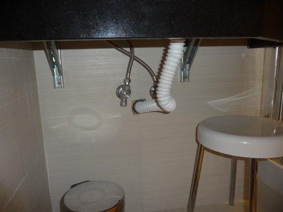 Holiday Inn Rome Aurelia Hotel : Pas de siphon sous lavabo