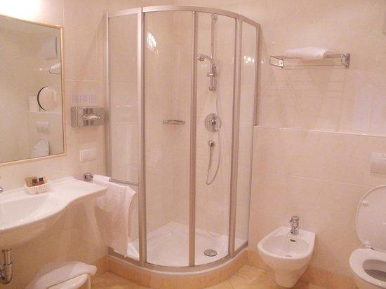 Hotel Grones: bagno della 402