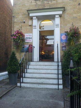 Carlton House: Lovely welcoming entrance.