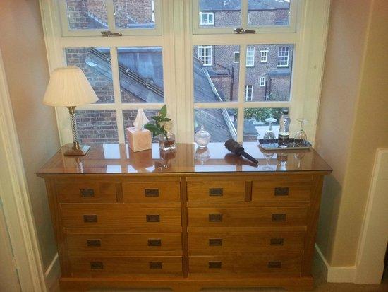 Carlton House: Lovely dresser.