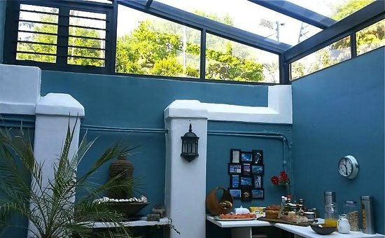 Avatara Guest House: Green-house dining room