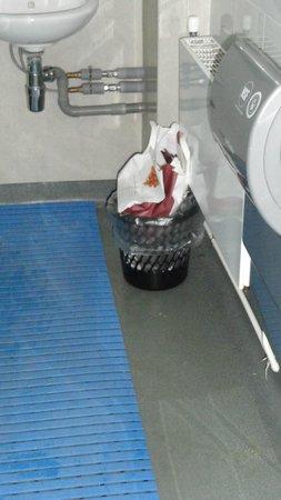 LSE Rosebery Hall Residence: trash full for 2 days in the bathroom