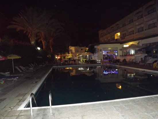 Paphiessa Hotel Apartments: Looking across the pool to the garden bar