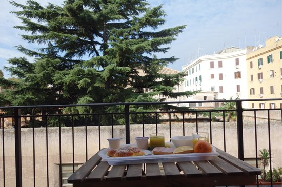 B&B Zen Trastevere: Breakfast on the balcony