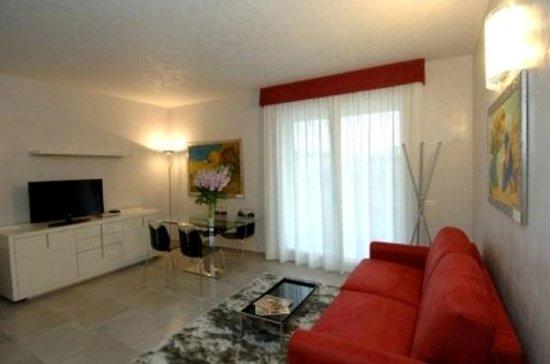 soggiorno con blocco cucina e divano letto - Foto di Hotel Dante ...