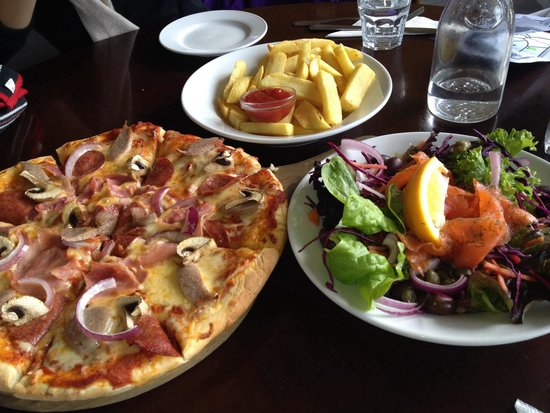 Old Mountaineers' Cafe, Bar and Restaurant: Pizza, fries and salmon salad