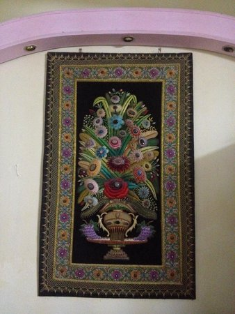 Hotel Saniya Place: Gorgeous tapestry hanging in the lounge area