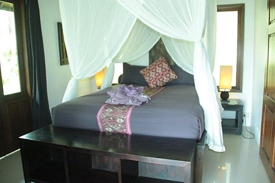 Bali Mountain Retreat : the bedroom with an incredibly comfortable bed and a welcoming lotus design of bath linens