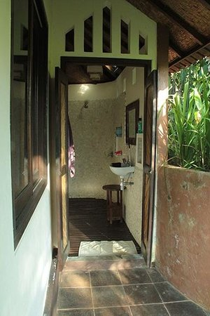 Bali Mountain Retreat : the traditional Balinese bath is located outside the house